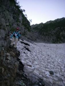 42 雪渓のへりを下る