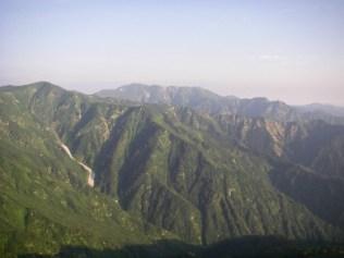11 以東岳を遠くに望む。。。。あそこから来たあああ。