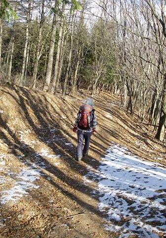 雪の残る道をいく。。。。