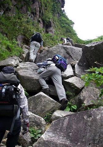 よいしょと岩を登る。。。