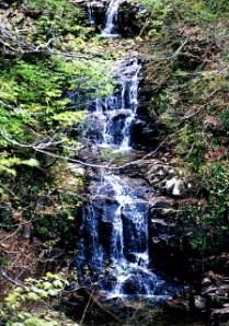 登山口近くの三段の滝
