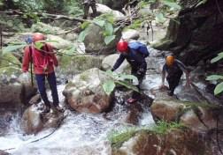 ①牛コバ上流の入渓地からは小滝の連続。