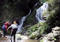 ⑬2条15m。本日最後の滝は真ん中の凸岩を登る。