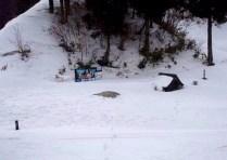 ⑤虎子山への取り付きは国見峠から。 峠の看板も社も雪の中。登り出しは急登。