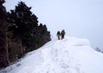 ⑧東面に張り出した雪庇を通過ピークを目指す。