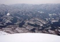 ⑪360度の展望を得て、奥美濃の素晴らしい雪山を堪能。