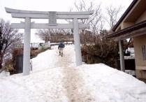 ⑩弥彦山奥社にはまだタップリの雪で覆われている。