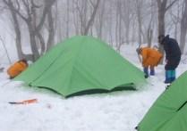 ③ガスの中テント設営。作業も楽しい。