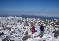 06岩と雪の山頂大地。広々としている。