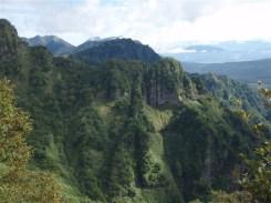 24‐本院岳ダイレクト尾根、背後八方睨み、その背後に雲のかかる妙高山。