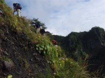 12‐草つきの斜面を登ると稜線。