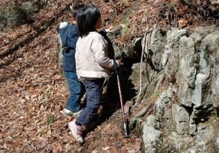 この岩場をよじ登った。