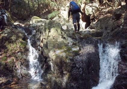 ①初めは黒い岩の小滝が続く。