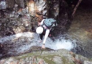 ④小粒の美しい滝は滝芯を快適に抜ける。