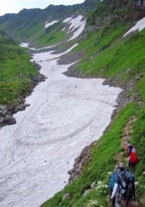 ④七五三掛分岐より千蛇ヶ谷の雪渓部へ入る。