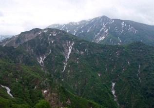 ⑤巻機山を望む。残雪and新緑のコントラストが眩しく目にグルメ。