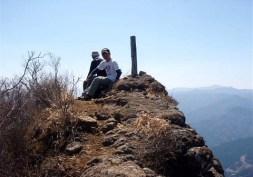 ⑦毛無岩ピークは2~3人がやっと立てる程度。360度の展望は素晴らしい。