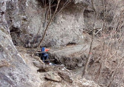 ③稜線コルから岩棚を巻いてチムニーの取り付きへ向かう。