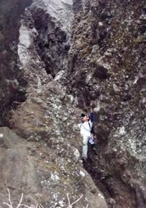 ④チムニーを軽やかに登る師匠。20m強の垂直チムニー。