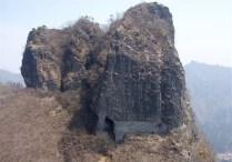 ⑫雌岩より雄岩を振り返る。岩根に大きな空洞がある。