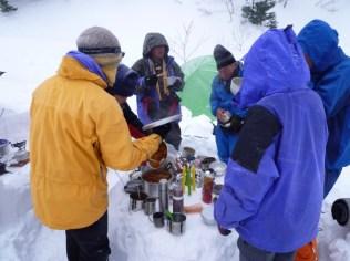 38 零下の中、しばし屋外での宴会。ビールがトロトロ。
