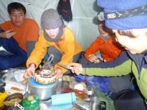 40 ちえぞう、のぐっちの初めての共同作業。ケーキ入刀です。