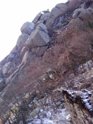 21 見上げると荒々しい岩陵帯