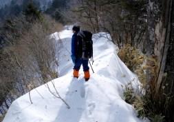 33 両側に雪庇が張り出していた。