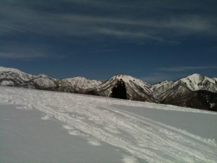 06広大な雪原と連なる雪山