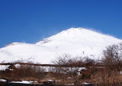 06 雪煙あがる富士山