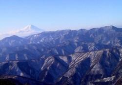25 富士山と奥秩父の山々。