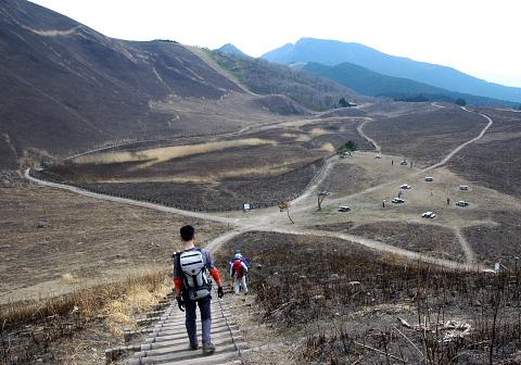 13.曽爾高原のお亀の池(水はほとんどない)遠方に古光山と後古光山が見える。