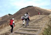 11.亀山直下の階段を登る。