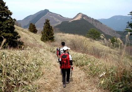 10.前方に亀山と倶留尊山が見える。