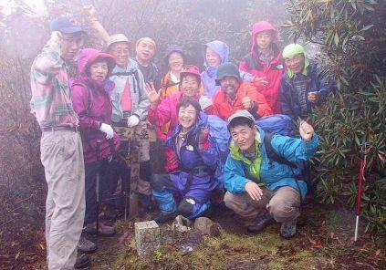 13 雨の中の栗ノ木岳山頂。