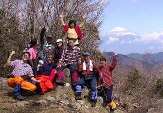 14富士山をバックに万歳!