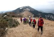 御所平の最高点を目指して大展望の中,稜線漫歩を楽しむ。