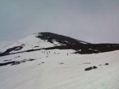 多くのスキーヤーが山頂をめざしてます
