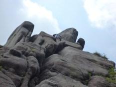 18 やぐらの抜け口には大岩がせり出しているので頭がつっかえないように注意