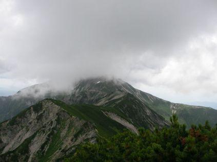 笠ヶ岳のテント場がチラリとみえる