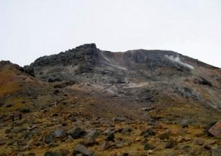 硫黄と蒸気をあげる茶臼岳。