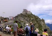 登山客でにぎわう雄山山頂付近。