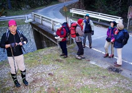 登山口。奥の入り口を入ると不動の滝。