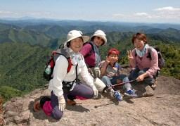岳美岩。後ろは切り立った崖。