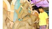 রাজশাহীতে দুর্গাপূজার প্রতিমা সাজাতে ব্যস্ত শিল্পীরা