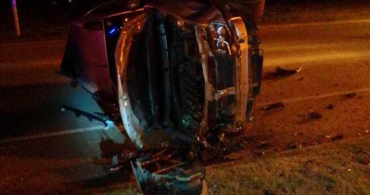 Jóvenes de Centeno volcaron un vehículo en plena avenida de San Genaro