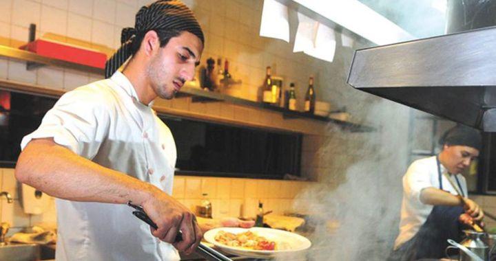 Ayuda a gastronómicos: Por tres meses pagarán 10 mil pesos a cada trabajador del sector