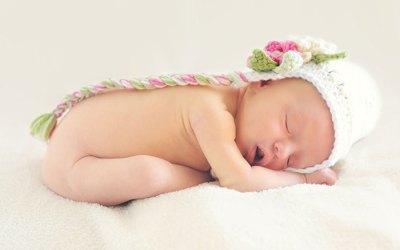 Hogyan segíthetik az újszülöttek szüleik, hogy átaludják az egész éjszakát és kevesebbet sírjanak?