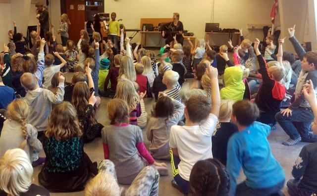 Skolekoncert. Eleverne byder ind med ord der rimer til en ny sang...
