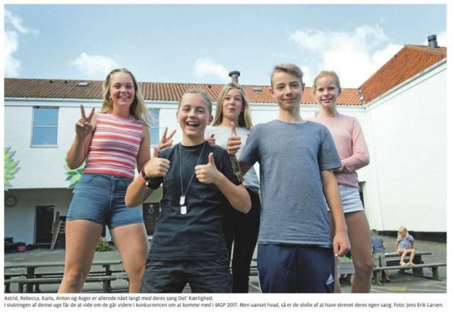 Billedet fra artikel i Bornholms Tidende om ARAKA, som med hjælp fra musiker og sangskriver June Beltoft har skrevet deres egen sang